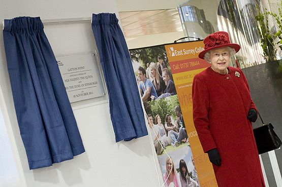 Queen unveils a plaque
